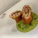 Involtino di maiale croccante con prosciutto e formaggio dolce sardo servito su crema di zucchine alla menta