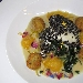 Pesce spada in farina di olive, o granella, adagiato su passatina di ceci, prezzemolo croccante, con polpettine di verdurine e gocce di zucca con fiori di campo essiccati