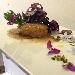 Hamburger di maialino da latte, salsa di fichi e patata viola croccante
